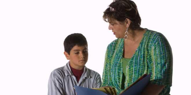 Il genitore che critica il figlio con difficoltà scolastiche